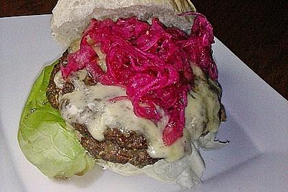 Double Cheeseburger mit marinierten roten Zwiebeln