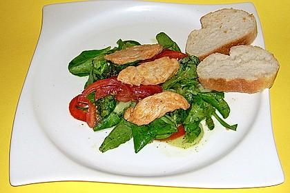 Mit Honig-Chili marinierte Putenbruststreifen auf Tomaten-Feldsalat
