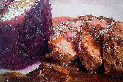Wildschweinrücken in Adventsgewürzen mit Kartoffelknödel in Rotkohl-Preiselbeermantel