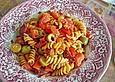 Nudelpfanne mit Oliven und Paprika