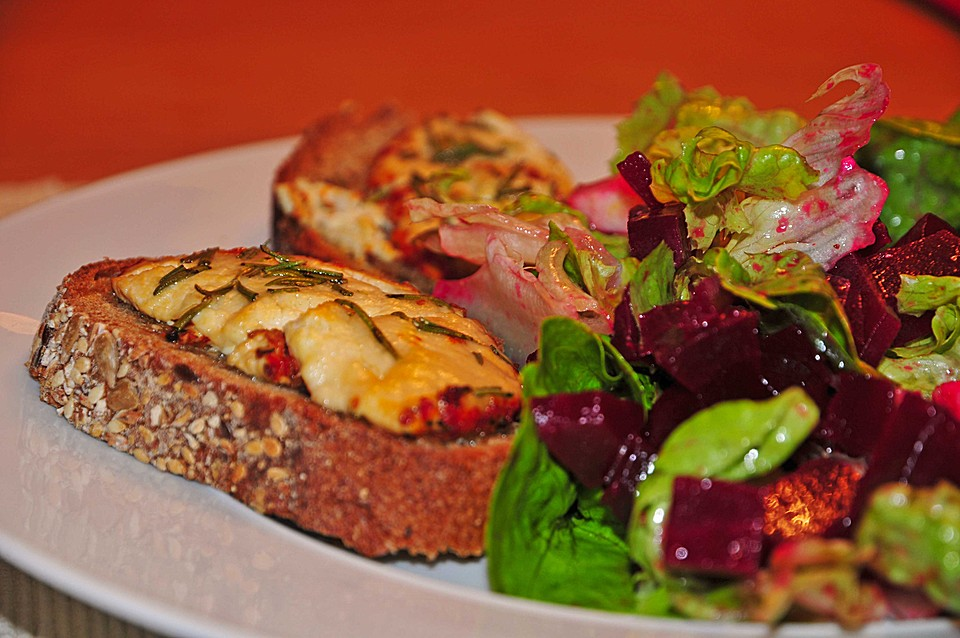 Rote bete salat mit ziegenkase crostini
