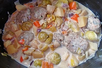 Gemüsetopf querbeet - mit Rosenkohl, Lauch, Schalotten, Kartoffeln, Apfel und Mini-Paprika