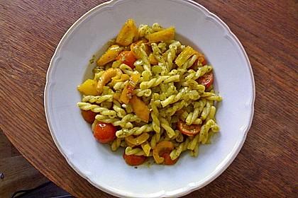 Pasta mit Paprika, Tomaten und grünem Pesto 1