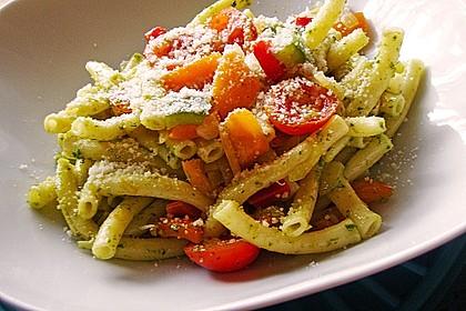 Pasta mit Paprika, Tomaten und grünem Pesto