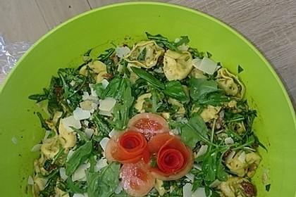Tortellini-Rucola-Salat mit Pesto und Parmesan 16