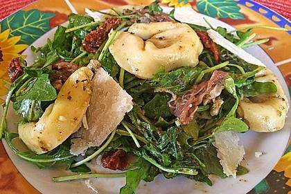 Tortellini-Rucola-Salat mit Pesto und Parmesan 2