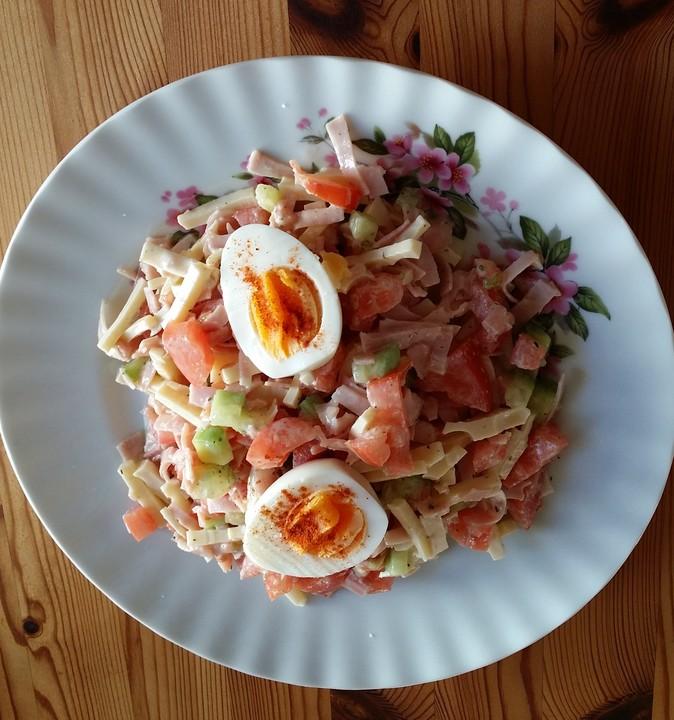 Bunter salat mit kasewurfel