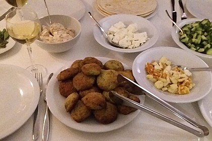 Falafel-Wrap mit Dattel-Schmand-Dip 4