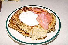 Pfannkuchen mit Lachs und Kräuterdip