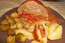 Gefüllter Hackbraten mit Kartoffeln und Rosenkohl aus dem Ofen