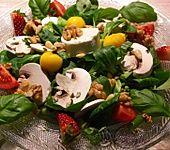 Feldsalat mit Erdbeeren, Walnüssen und Ziegenkäse