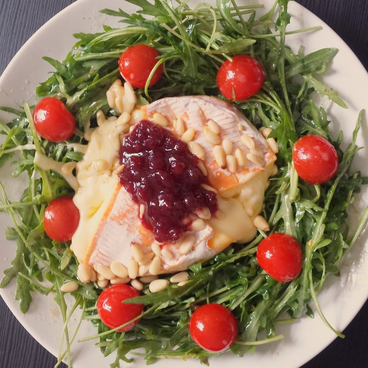 gebackener camembert an honig senf sauce mit rucola tomaten salat rezept mit bild. Black Bedroom Furniture Sets. Home Design Ideas
