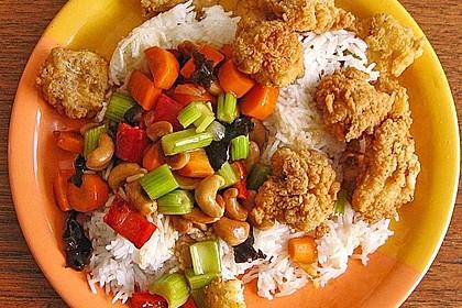 Frittierte Garnelen mit Gemüse und Cashewnüssen an Reis
