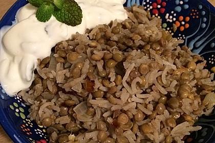Mujaddara - ein leckeres arabisches Linsen-Reis-Gericht mit Joghurtsoße