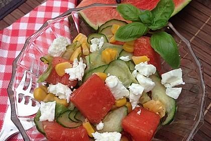 Wassermelonen-Salat mit Gurke, Mais und Feta
