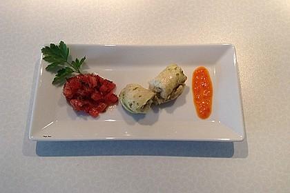 Pochierte Schollenfilet-Roulade mit Tomaten-Fenchel-Salat