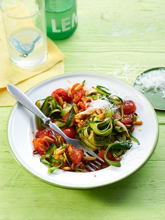 low carb zucchinispaghetti mit frischer tomatenso e von low carbi. Black Bedroom Furniture Sets. Home Design Ideas