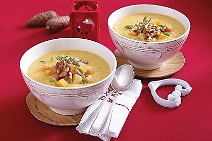 Feine Steckrüben-Suppe mit Walnuss-Croutons