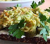 Avocado-Möhren-Frischkäse-Aufstrich auf Vollkornbrot