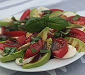 Caprese Avocado (Bild)