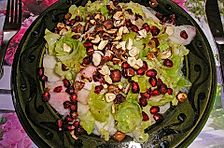Rosenkohlblattsalat mit Nüssen, Granatapfelkernen und Birne