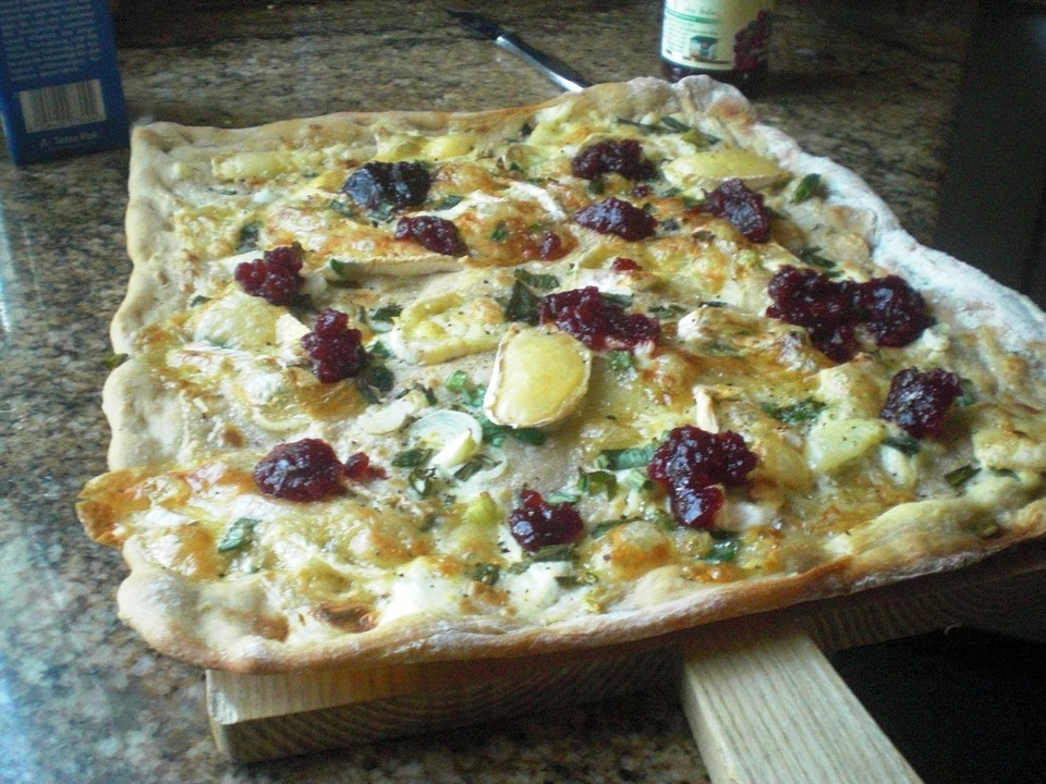 flammkuchen mit camembert und preiselbeeren rezept mit bild. Black Bedroom Furniture Sets. Home Design Ideas