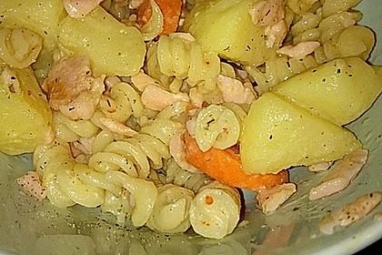 Nudeln mit Räucherlachs, Möhren und Kartoffeln in würziger Frischkäse-Soße