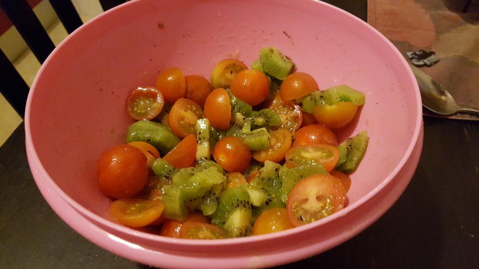 tomaten kiwi salat rezept mit bild von steviekocht94. Black Bedroom Furniture Sets. Home Design Ideas
