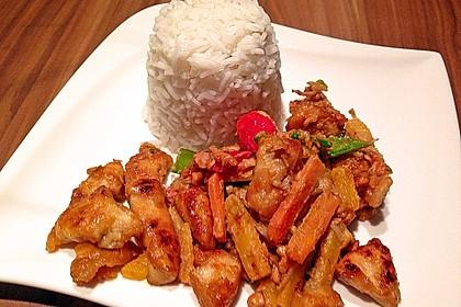 Asia-Hühnchen-Gemüse mit Erdnusssauce aus dem Wok