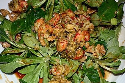 Gemischter Salat mit einem Honig - Walnussdressing und gebratenen Flusskrebsschwänzen