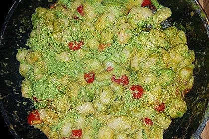 Gnocchi mit Avocado-Basilikum-Pesto 28