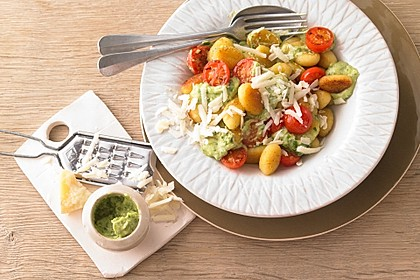 Gnocchi mit Avocado-Basilikum-Pesto