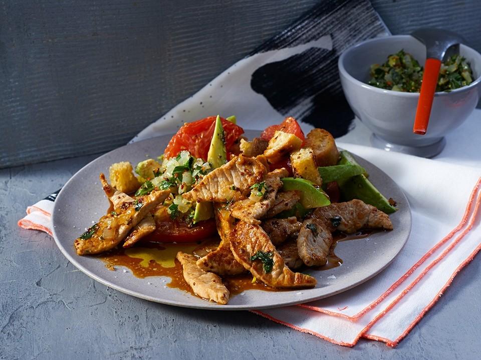 Schweinelachsstreifen mit Chimichurri-Sauce und Tomaten-Brot-Salat