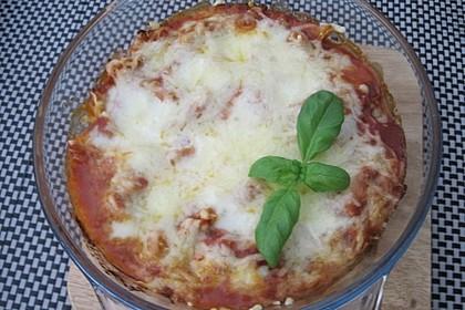 Vegetarischer Nudelauflauf mit Tomaten und Käse