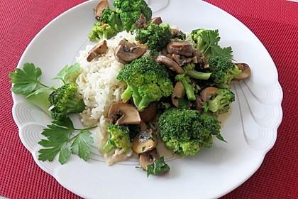 Grünes Curry mit Brokkoli, Champignons und Kokosmilch
