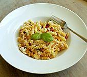 Pasta mit getrockneten Tomaten und Schafskäse