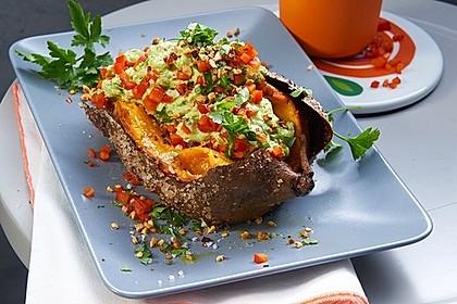 Gebackene Süßkartoffeln mit Avocado-Paprika-Creme