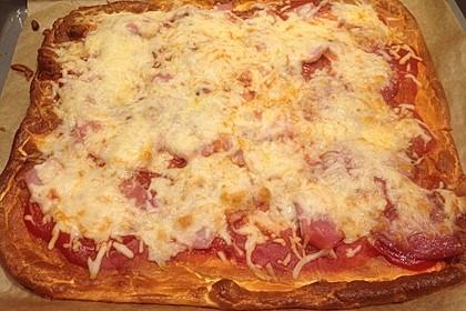 Low Carb Pizza aus einem Ei-Quark-Teig 8