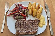 Rumpsteak mit gebackenen Kartoffelspalten und Endivien-Rotkraut-Salat