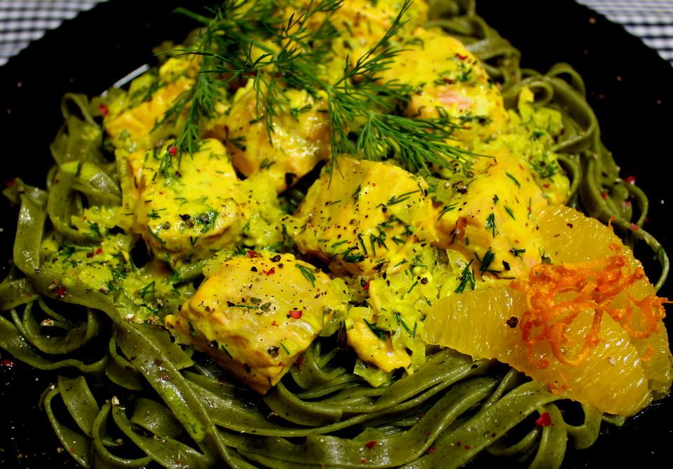 Grüne Tagliatelle mit Lachs in Orangenrahm