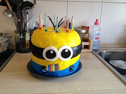 minion torte mit schokof llung rezept mit bild. Black Bedroom Furniture Sets. Home Design Ideas