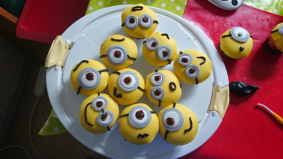 minions cupcakes mit fondant von phideta. Black Bedroom Furniture Sets. Home Design Ideas