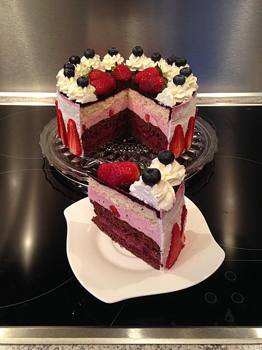 Kuchen mit erdbeeren und heidelbeeren