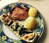 Zucchiniboote mit Feta und grünem Spargel, dazu Pellkartoffeln