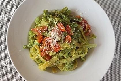 Pasta mit grünem Spargel und Avocado-Pesto