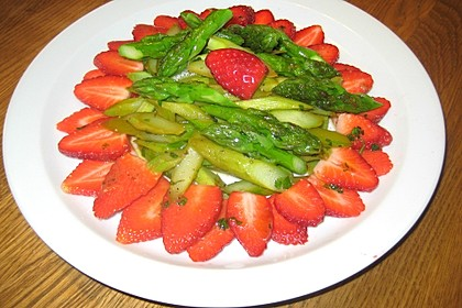 Salat von wildem Spargel und Erdbeeren