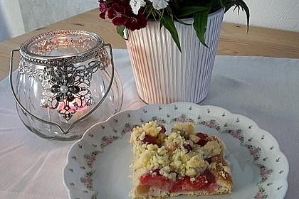 Erdbeer-Rhabarber-Blechkuchen mit Streuseln