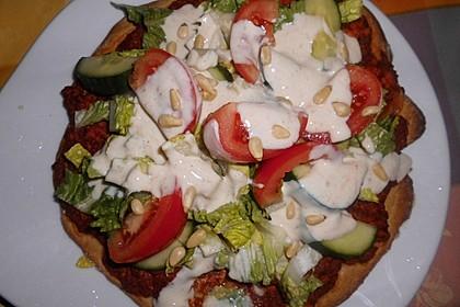 Veganer Lahmacun mit Salat und Soße