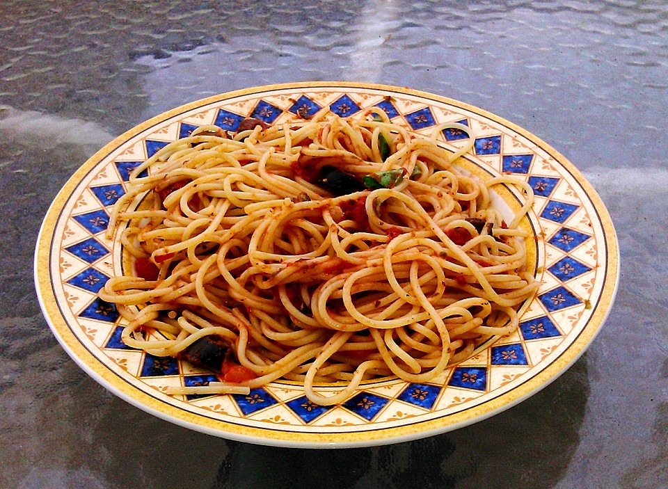 vegetarische spaghetti alla puttanesca rezept mit bild. Black Bedroom Furniture Sets. Home Design Ideas
