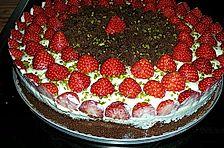 Schokoladenkuchen mit Erdbeeren auf Vanillequark-Frischkäse-Creme
